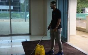 wandelstok met sensor die obstakels ziet